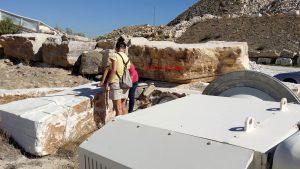 Carmen explica la manera de cortar los bloques de mármol con el cable de diamante.