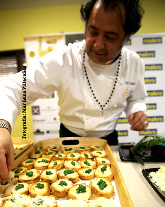 Firo Vázquez en pleno montaje de uno de los platos maridados con aceite de oliva virgen extra