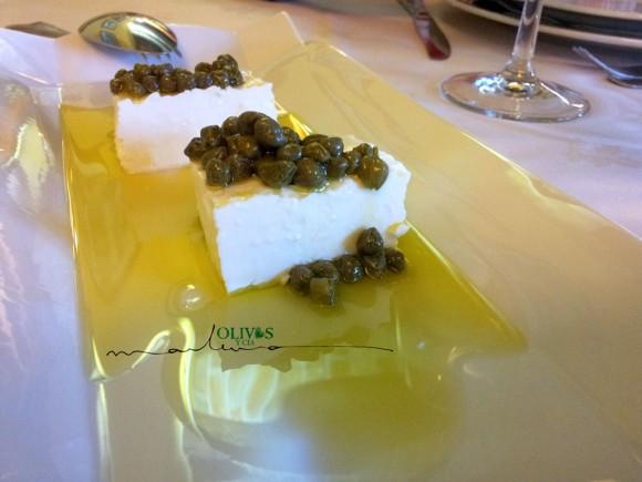 queso-de-cabra-fresco-con-alcaparras y aceite de oliva virgen extra-receta de mar luna villacañas